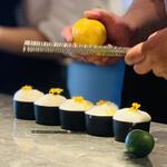 154822677 - ② ムール貝お出汁の冷製フラン(茶碗蒸し)、ツブ貝と帆立、潤菜、檸檬のエスプーマとピールのせ:仕上げ中