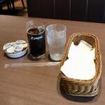 フォルクス - ミニクロワッサンサンドモーニング462円、おかわり自由のアイスコーヒー