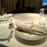 154860360 - 2階のテーブル席。