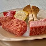 香音 - 左が神戸牛、右が黒毛和牛です。