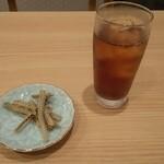 一色産地焼き鰻 福乃城 - 先に冷たいお茶と、骨せんべいをボリボリ