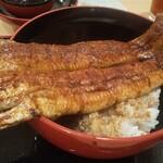 一色産地焼き鰻 福乃城 - 丼からはみ出して、立派過ぎる鰻君♪
