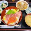 定食や おかだ - 料理写真:「ニ色丼(まぐろ、サーモン)もつ煮込み付き」780円税込み