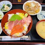 154873826 - 「ニ色丼(まぐろ、サーモン)もつ煮込み付き」780円税込み