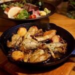 イザカヤキツネ - 牡蠣とキノコのアヒージョ(1,408円)