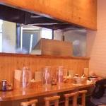 麺や中 - 店内は和の木彫で清潔感