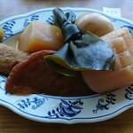 154926351 - 卵、ちくわ、こんぶ、大根、さつまあげ、こんにゃく、つゆがよく染みて柔らかい。