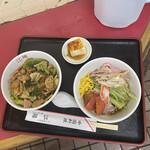 中国料理 江陽 - 期待を裏切らない配膳位置 触ってませんよ!