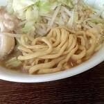 らーめん旭郎山 - 極太麺 やわ目にするとモチッとして旨し 豚は1㎝くらい