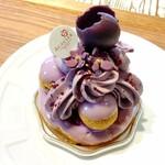 アカシエ - 料理写真:サントノーレ・ヴィオレ・カシス  ¥700(税別) 美しいフォルムにうっとりです 飾りにスミレの砂糖菓子も付いてて可愛い