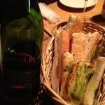 15494003 - 微発泡の赤ワインとお通しのパン
