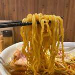 麺 TOKITA - 海老味噌ラーメンの中細縮れ麺。