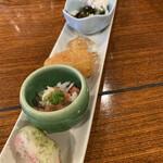 かに満 - 前菜6種は、温かい物から冷たい物まで温度差を感じながら楽しめる一皿