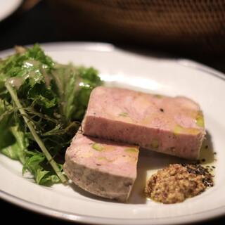 ベーカリー&レストラン 沢村 - 料理写真:鴨とピスタチオのテリーヌ グリーンサラダ添え