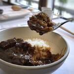 デフィ・ジョルジュマルソー - *お肉はトロトロに煮込まれた上質な欧風カレー。円やかな中にも後から結構辛みがきます。 でも辛味に慣れると美味しくて。ご飯もつやつや。 失礼ながらオープン当初に比べると、格段に美味しくなっていました。