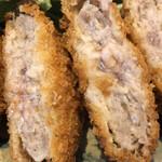 沖縄クラフトビール&琉球バル ガチマヤ - アグー豚メンチカツの断面アップ