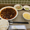 中国酒家 菜都 - 料理写真:激辛麻婆豆腐ランチ 950円 (小菜、スープ、ライス、浅漬けザーサイ付き)