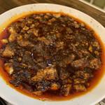 中国酒家 菜都 - 激辛麻婆豆腐ランチ 950円 (小菜、スープ、ライス、浅漬けザーサイ付き)