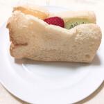 まざあぐうす - 料理写真:京のふんわりフルーツシフォン(432円)いちご、みかん、キウイがサンド。