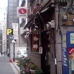 ジローズ カフェ - 犬の看板(写真の左上)がかわいい