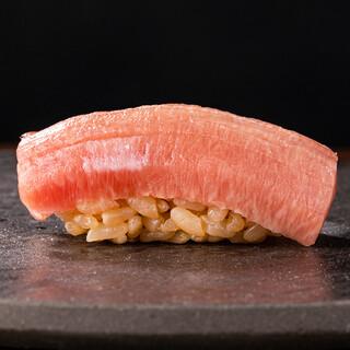 厳選したネタとこだわりのしゃり。極上の鮨をご賞味ください。