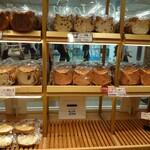 ベーカリー&カフェ ブルージン - 平日朝8時のパン陳列一部✨食パン以外は、まだまだこれから出揃う様子。