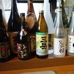 とりや茶屋 - カウンターに並ぶ色々な日本酒