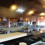 あづまラーメン - オープンキッチン越しに素早い手さばきがうかがえます