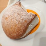 ベーカリー&カフェ ブルージン - いろねこマリトッツォ✨408円 ソフトロールパンに、はちみつが塗られて生クリームたっぷり♬フランスパン寄りのしっかり硬めの生地でボリュームあります。食べ終わってもお皿にネコあり。(=^・^=)