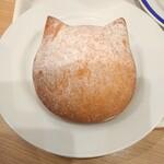 ベーカリー&カフェ ブルージン - いろねこマリトッツォ✨408円 正面からだと、よりネコ型がわかります。夕方には完売していた為、翌朝に購入♬