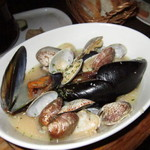 SHIBUYA HOUSE - 浅蜊とムール貝の白ワイン蒸し@880円