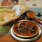 シャンカル - 料理写真:Aセット 本日のスペシャルカレー(じゃがいもとなすびのカレー 大辛)+サラダ+パーパド+ナン+ラッシー