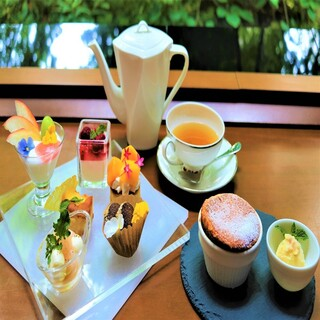 【夏季限定】焼きたてスフレとプティガトー6種×10種のカフェ