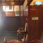 くるまや - 2階宴会場への階段