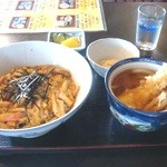 くるまや - 木の葉丼とミニ饂飩は、小鉢が2品付いて¥700円