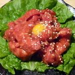 若葉屋 - サクラユッケ 鮮度抜群の馬肉ユッケ。フレッシュな肉の甘み、そして口当たりの柔らかさがウリです。
