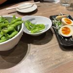 水炊き・焼き鳥 とりいちず - 枝豆、半熟味玉