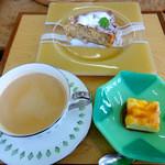 シーダーギャラリー アンド カフェ - 料理写真:りんごのケーキとロイヤルミルクティー