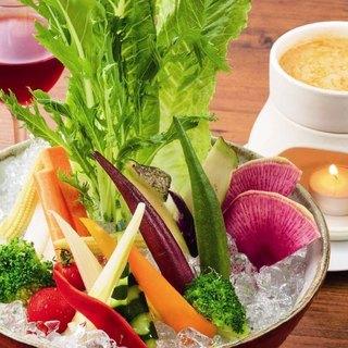 彩り豊かな野菜を、酒盗を使用したオリジナルソースでどうぞ・・