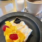 THE GATEHOUSE - フルーツタルト¥1400…セットのコーヒーと、温かいミルク