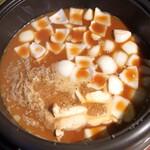柚木元 - 猪すじ割り下を鍋に底から3cmぐらい入れます、最初に新玉葱、糸こんにゃく、玉白茸を入れます