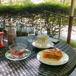 155152572 - コーヒーはアップルパイとセット(+650円。おかわり可能)                       リフレッシュ(ノンカフェイン紅茶、950円)