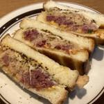 レブレッソ - ルーベンサンドイッチ820円税込、パストラミがこれでもかくらいに詰まってる、食べ応えあり