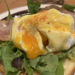 レブレッソ - 卵を割るとトロトロの黄身が、濃厚で美味い、でもせっかくのサクサクに焼けてるトーストがちょっとしんなりしてしまった…