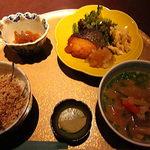 まさ - 秋鮭のバタ-焼き・二色丼玉子肉そぼろ・豚汁