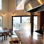 Teppanyakimare - 内観 2階のカウンター席とテーブル席