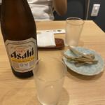 一色産地焼き鰻 福乃城 - 鰻の骨をアテにビールを頂きながら鰻を待つ時間