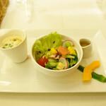 アマルフィイ・モデルナ - 冷製ヴィシソワーズと8種類の季節野菜とフルーツのサラダ
