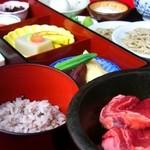 出石 城山ガーデン - 出石皿そばに牛肉鉄板焼きと五穀米をセットにした城山定食(1,575円)♪