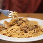 Laugh - 鶏モモ肉とキノコのトマトソーススパゲティ ペコリーノチーズ